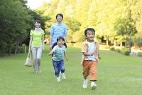 公園で休日を楽しむ家族