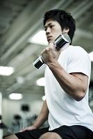 ウェイトトレーニングする日本人男性