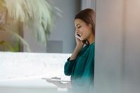 電話をかけるタブレットを利用する女性