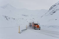 アラスカ アティガン峠を越えるトレーラー