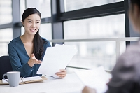 書類を持って話すビジネス女性