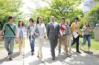 教授を囲み歩く8人の男女大学生