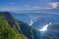 長野県 生坂村 京ヶ倉 蛇行し輝く犀川と常念岳など北アルプス