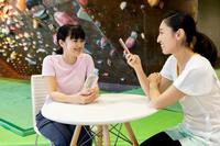 クライミングジムで休憩中の日本人女性