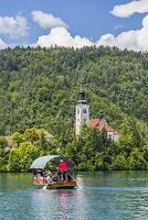 スロベニア ブレッド ブレッド湖 手漕ぎボートと聖マリア教会