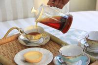 カップに紅茶を注ぐ