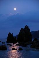 和歌山県 橋杭岩と満月