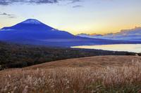 山梨県 三国峠より夕焼けと富士山