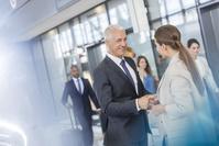握手する外国人男性経営者 ビジネス