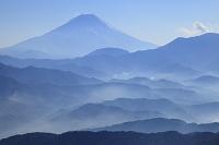 山梨県 富士川町 櫛形山林道からの富士山と山並み