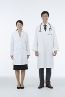 白衣の日本人女性と男性医者