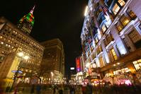 ニューヨーク メイシーズとクリスマスカラーにライトアップされ...