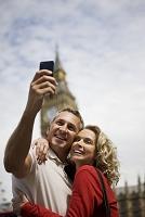 観光地で写真を撮る外国人カップル