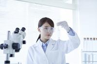 試験管を持つ白衣の研究員