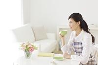 お茶を飲みくつろぐ若い主婦