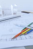 デスクの上の設計図と建築模型