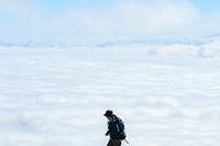 女性登山者と雲海