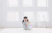 地球のボールを持つ日本人の女の子