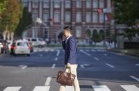 横断歩道を渡る若い日本人男性