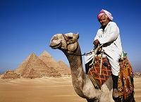 ギーザの三大ピラミッド/駱駝に乗るエジプト人