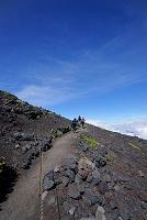 静岡県 富士山七合目の登山道と登山者