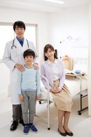 笑顔の医師と患者と母親