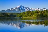 秋田県 朝の大谷地池と鳥海山