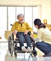 笑顔のシニア女性と介護士