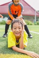 仲間と遊ぶサッカー少年