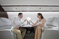 飛行機に乾杯する男女二人
