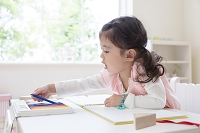 色鉛筆を手にとる女の子