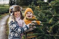 クリスマスを過ごす子供