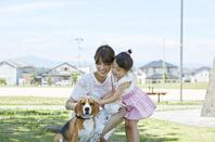 犬と散歩する親子