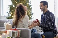 クリスマスにプロポーズする外国人男性