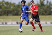 競り合うサッカー選手