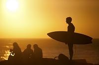 モロッコ タガズート サーフィンボードを持つサーファー