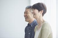 笑顔の日本人シニア夫婦