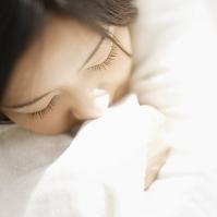 目を閉じてまどろむ日本人女性