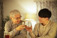 ウイスキーで乾杯をする親子