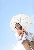 日傘を差している中高年女性