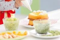 ケーキ作りをしている女性の手