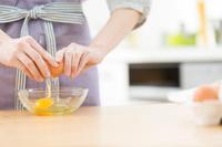 卵を割る女性