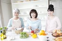 料理をする女性3世代日本人親子