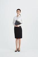 名簿を持つ日本人女性教師