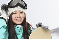 若い女性スノーボーダー
