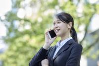 電話をする日本人ビジネスウーマン