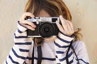 カメラを構える男の子