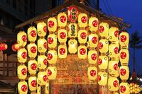 京都府 祇園祭後祭 駒形提灯ともる北観音山と南観音山