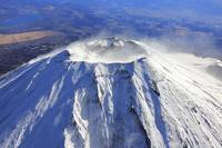 静岡県 富士宮市上空から見る富士山と山頂火口