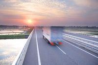 日本海東北道と走るトラック 朝